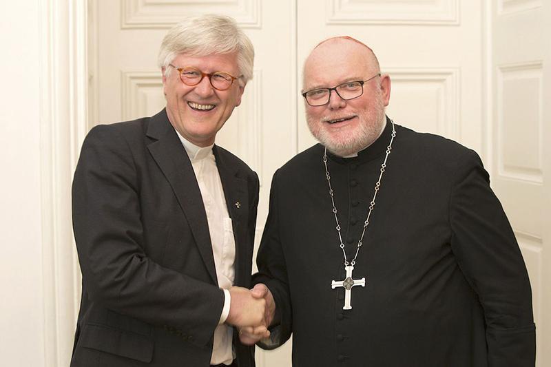 ドイツ福音主義教会(EKD)常議員会議長のハインリッヒ・ベドフォート・シュトローム監督(左)とドイツ・カトリック司教協議会会長のラインハルト・マルクス枢機卿(写真:EKD、epd-Bild/Mck)<br />