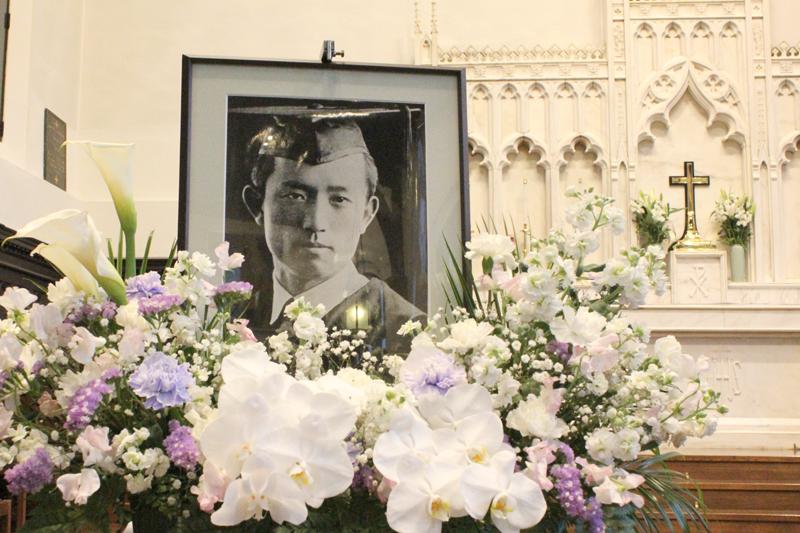 聖壇に飾られた尹東柱の写真。来年も立教大学のチャペルで追悼集会を開く予定だ=19日、立教学院諸聖徒礼拝堂(東京都豊島区)で
