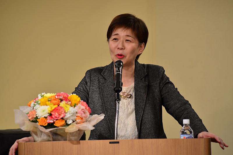 「子どもの声 聴こえますか」と題して講演する坪井節子さん=18日、京北ホール(千葉県柏市)で