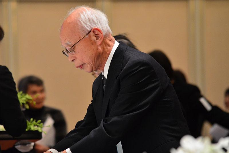 学園葬で花を手向ける安田さん=12日、渡辺和子さんの学園葬(岡山国際ホテル、岡山市)で