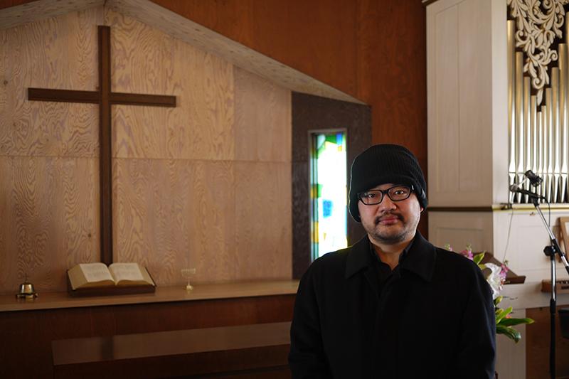 鈴木元彦さん=21日、東京信愛教会の礼拝堂で