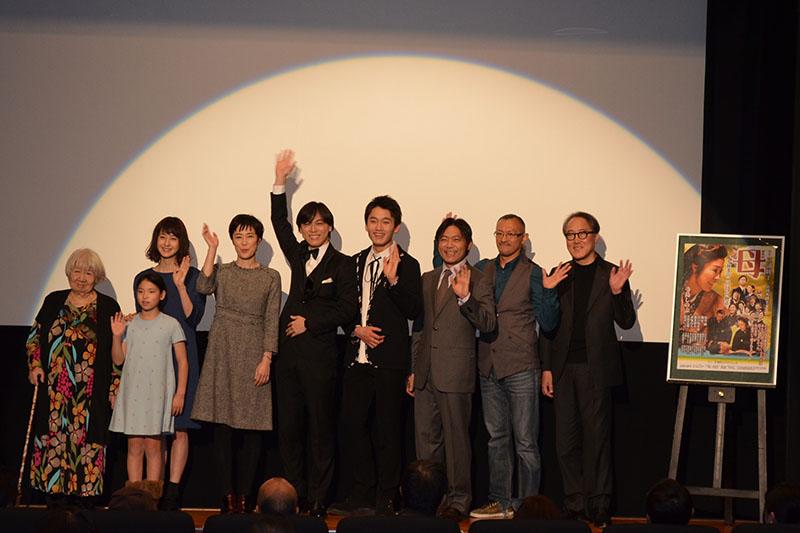あいさつをする山田火砂子監督と出演者=25日、ケイズシネマ(東京都新宿区)で