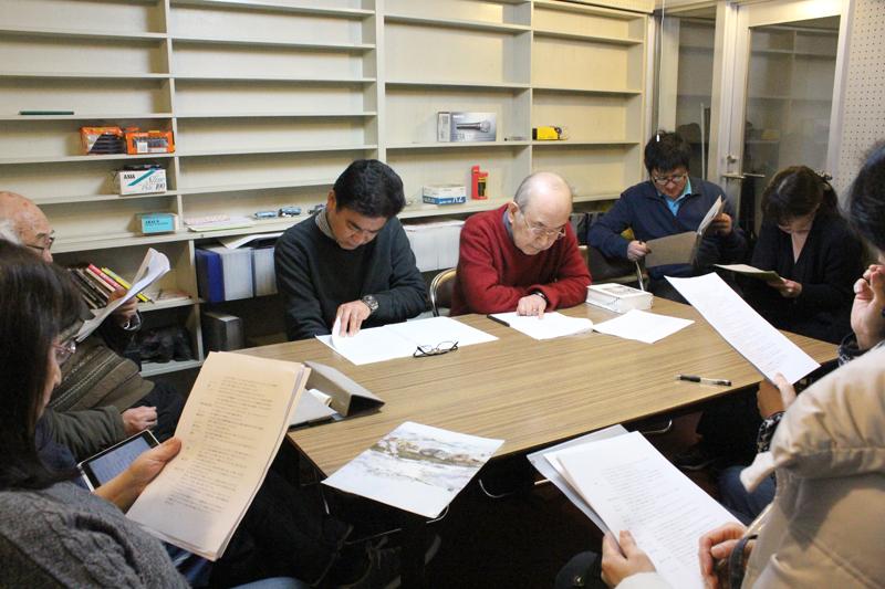 収録本番前の本読みは2回しか行われない。集中してそれぞれの台詞に臨むメンバーたち=2月28日、日本バプテスト教会連合練馬バプテスト教会(東京都練馬区)で<br />