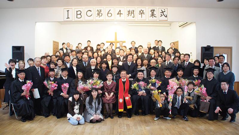 生駒聖書学院の第64期卒業式。今年は本科生8人、通信科生4人の計12人が巣立った。式には卒業生の家族や出身教会の牧師、学院関係者ら約100人が参列した=3日、同学院(奈良県生駒市)で(写真:同学院提供)