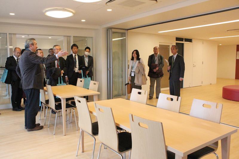 記者発表の後には寮内の見学も行われた。家具なども寮生たちによって決められたという=3日、国際基督教大学(東京都三鷹市)で
