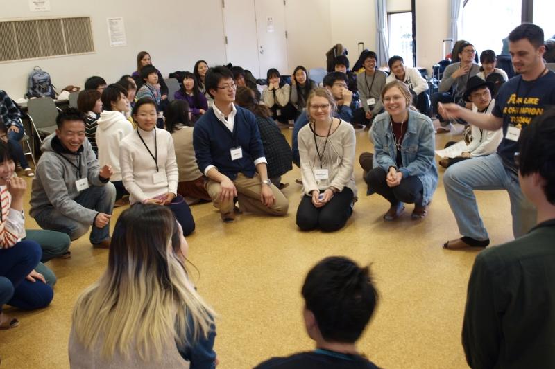 日本国内からだけでなく、さまざまな国から学生やスタッフ、協力宣教師たちが集まり、3日間で延べ約100人が参加した=1日、しあわせの村(神戸市)で<br />