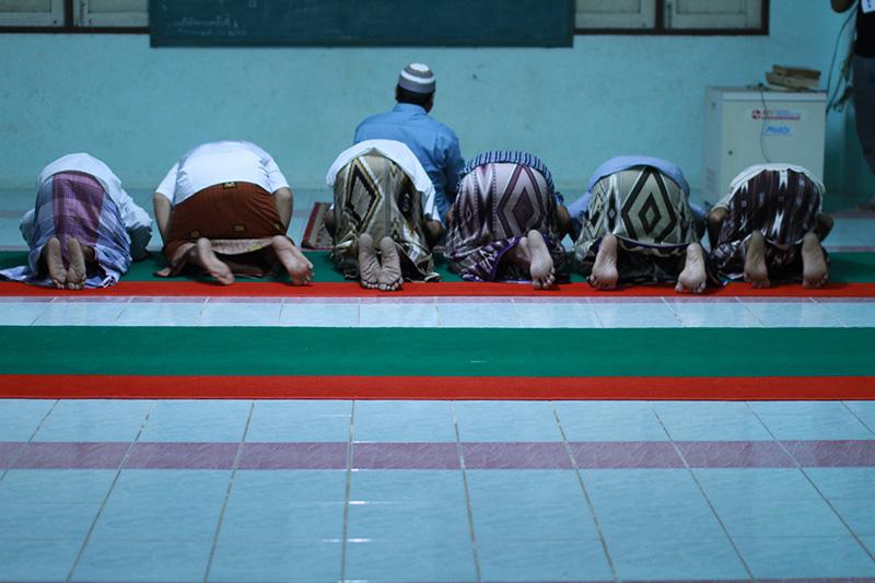 メッカに向かって祈るイスラム教徒たち(写真:Kowit Phothisan)