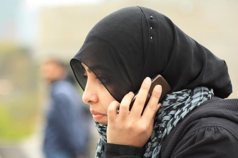 スマートフォンで電話をするイスラム教徒の女性(写真:Ahmed Sagarwala)