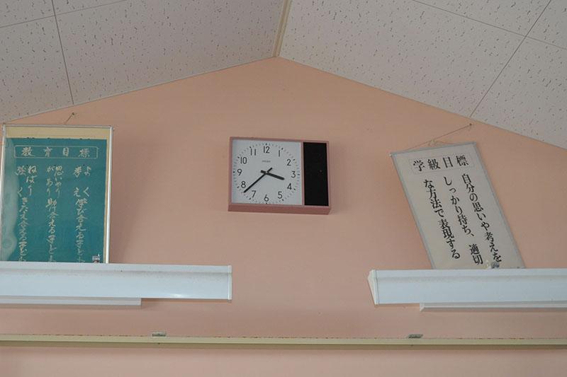 津波到達時間で止まった時計=2016年9月、請戸小学校(福島県浪江町)で