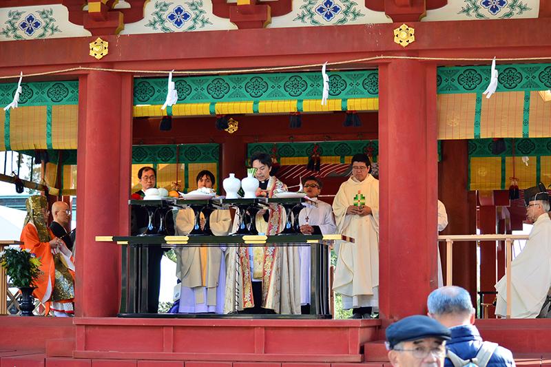 3宗教の聖職者が舞殿に上がった=11日、鶴岡八幡宮(神奈川県鎌倉市)で