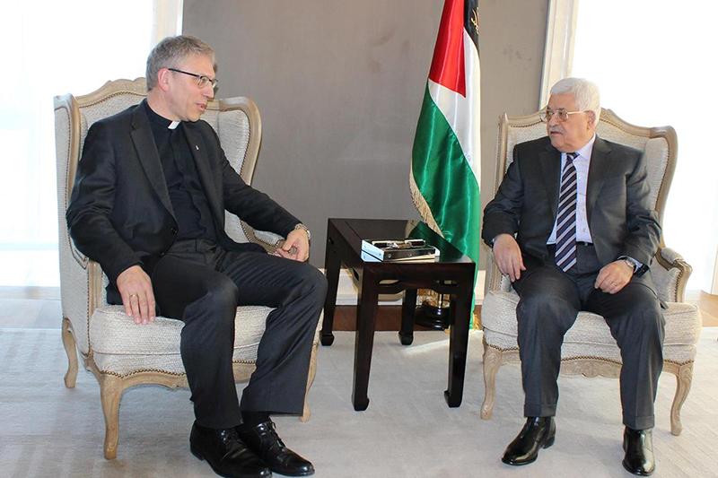 パレスチナ自治政府のマフムード・アッバス議長(右)と会談する世界教会協議会(WCC)のオラフ・フィクセ・トヴェイト総幹事=2月26日、スイス・ジュネーブで(写真:WCC / Marianne Ejdersten)