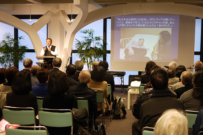参加者はスライドで働きの写真を見ながら岸浪市夫氏の話に聞き入った=11日、ウェスレアン・ホーリネス教団淀橋教会(東京都新宿区)で