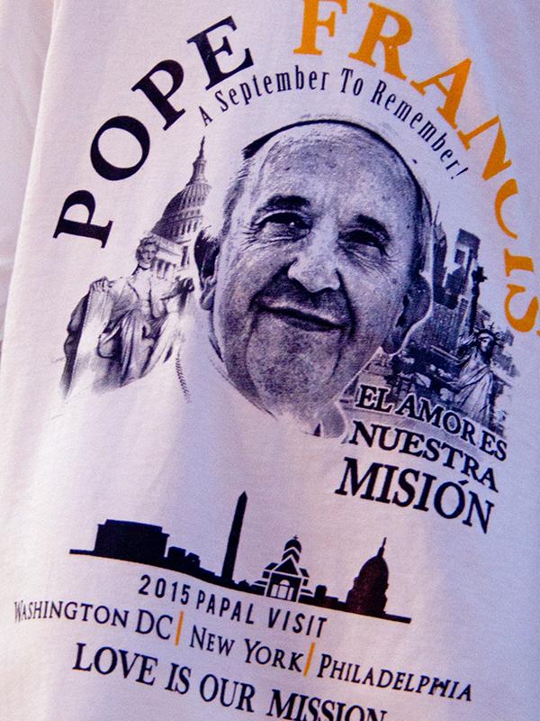 ローマ教皇フランシスコの訪米を記念して作られたTシャツ(写真:David)