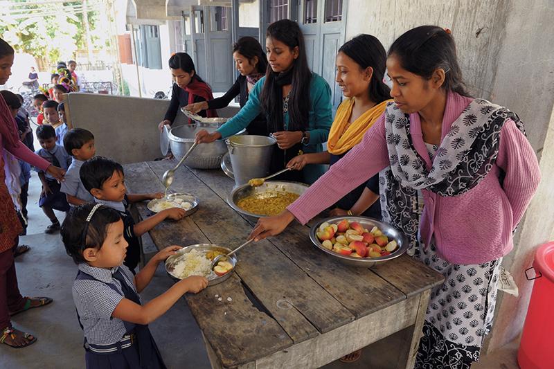 コンパッションがインドで行っている支援プログラムで食事の配給を受ける子どもたち(写真:同団体)