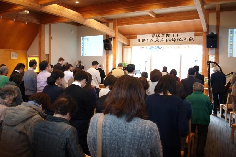 地震発生時刻の午後2時46分、サイレンが鳴り響く中、起立して祈りをささげた=11日、気仙沼第一聖書バプテスト教会(宮城県気仙沼市)で