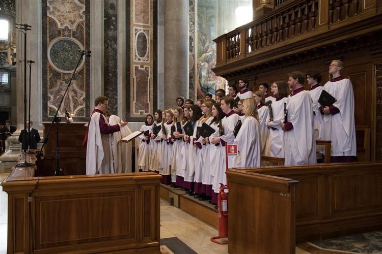 バチカンのサンピエトロ大聖堂で初めて行われた聖公会の「夕の礼拝」(晩祷)では、英オックスフォード大学マートン・カレッジの聖歌隊が賛美をささげた=13日(写真:ローマ聖公会センター)