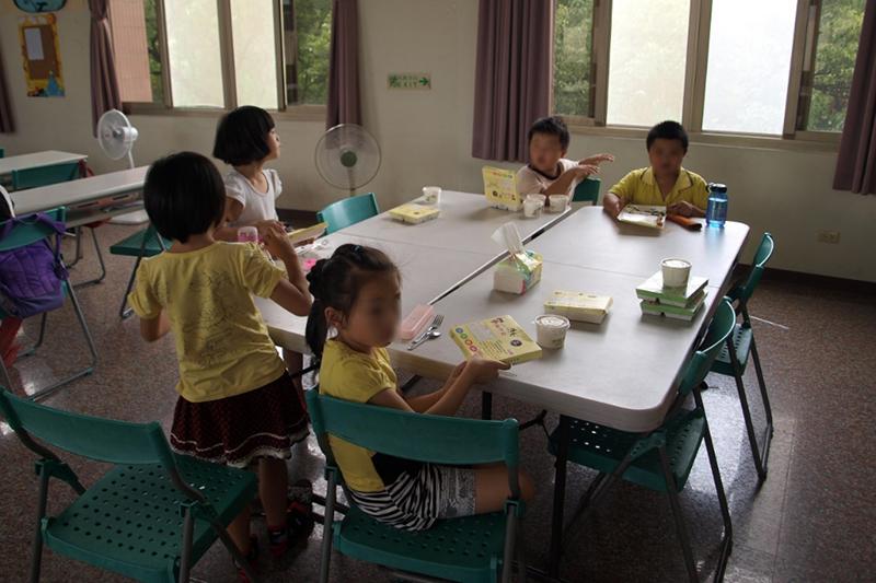 小学校低学年の子どもたち=2016年9月14日、台湾台中市の教会で