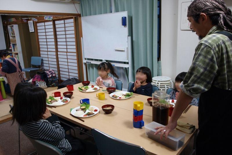 英会話教室の子どもたちが楽しそうにテーブルを囲む=8日、登戸エクレシアキリスト教会(神奈川県川崎市)で
