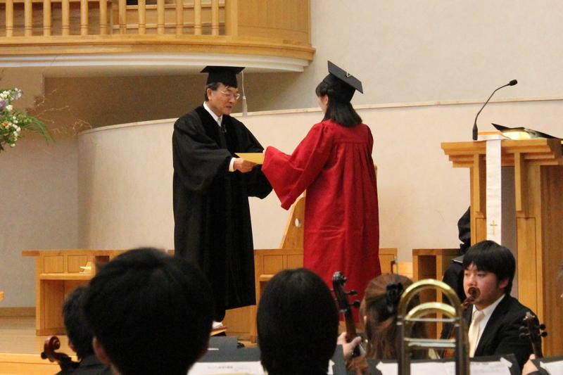 聖学院大学の清水正之学長から学位記を授与される卒業生=18日、聖学院大学(埼玉県上尾市)で