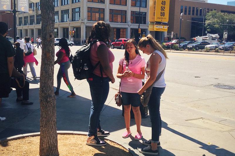 路傍伝道で声を掛けた人と一緒に祈る少女たち(写真:ハーベスト・アメリカ)<br />