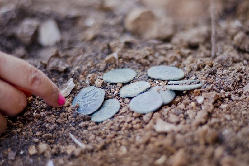 発見された約1400年前の青銅貨。考古学者らは、ササン朝ペルシャによる侵略から逃れたキリスト教徒が隠したものと考えている。(写真:イスラエル考古学庁=IAA / Yoli Shwartz)