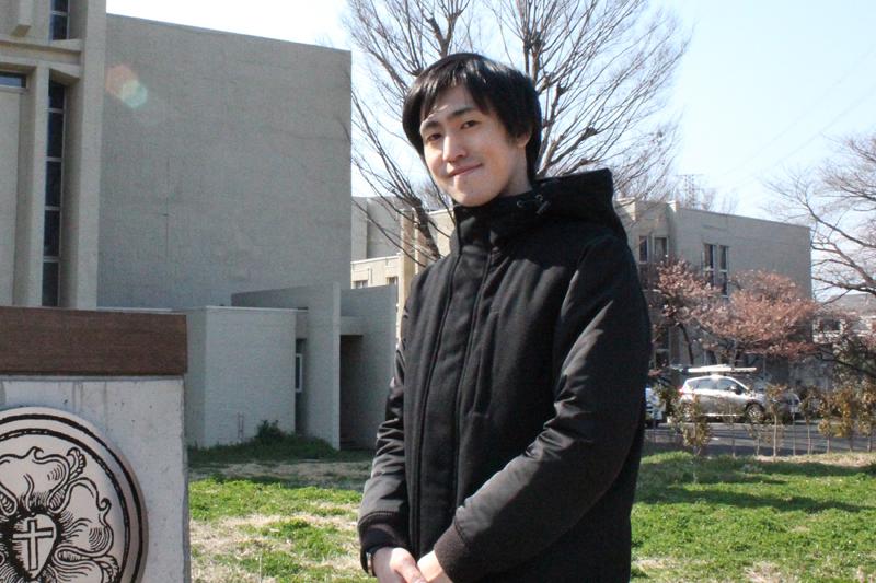 教職授任按手式を終え、4月から北海道教区の教会に牧師として派遣される中島和喜さん=22日、ルーテル神学校(東京都三鷹市)で