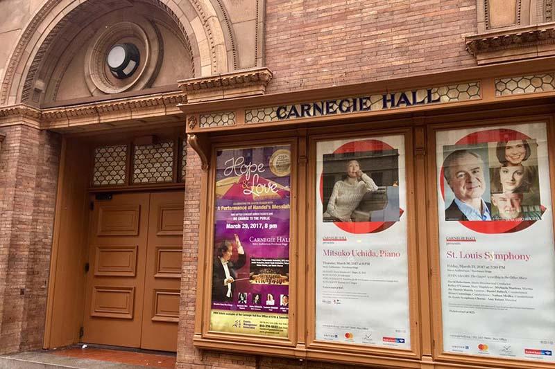 カーネギーホールの入り口に張られた公演のポスター(写真:宣教合唱団シモン提供)