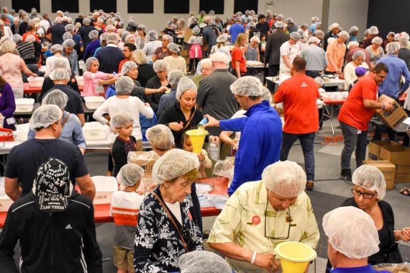 フロリダ州ロイヤルパームビーチにある「クライスト・フェローシップ」の拠点の1つで、食料を袋に詰める同教会の教会員ら=3月19日(写真:同教会のフェイスブックより)