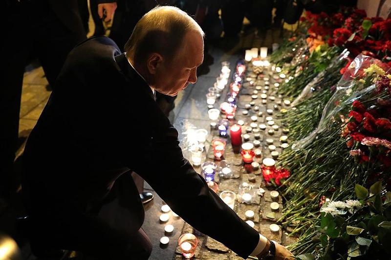 サンクトペテルブルクの爆発事件現場近くで献花するロシアのウラジミール・プーチン大統領(写真:ロシア大統領報道情報室)