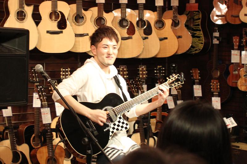 プロギタリスト・井草聖二さん=3月31日、ドルフィンギターズ恵比寿店(東京都目黒区)で