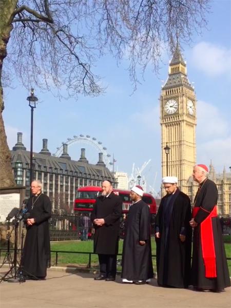 英国会議事堂前で3月22日に発生したテロ事件を受けて開かれた祈祷集会で、スピーチする英国国教会のカンタベリー大主教ジャスティン・ウェルビー(左)と英国の宗教指導者ら=3月24日(写真:英国クリスチャントゥデイ / Ruth Gledhill)