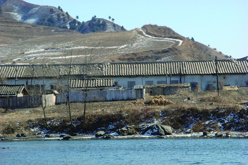 中国と北朝鮮の国境沿いの風景