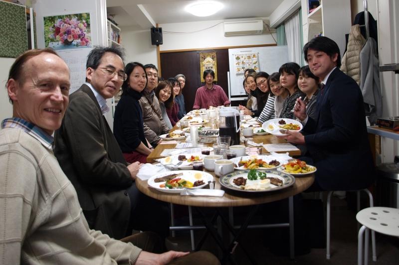 参加したバイブルスタディーのメンバーたち。写真左がティム・ヒューバー牧師。中央奥が青木靖牧師=4月12日、登戸エクレシアキリスト教会(神奈川県川崎市)で