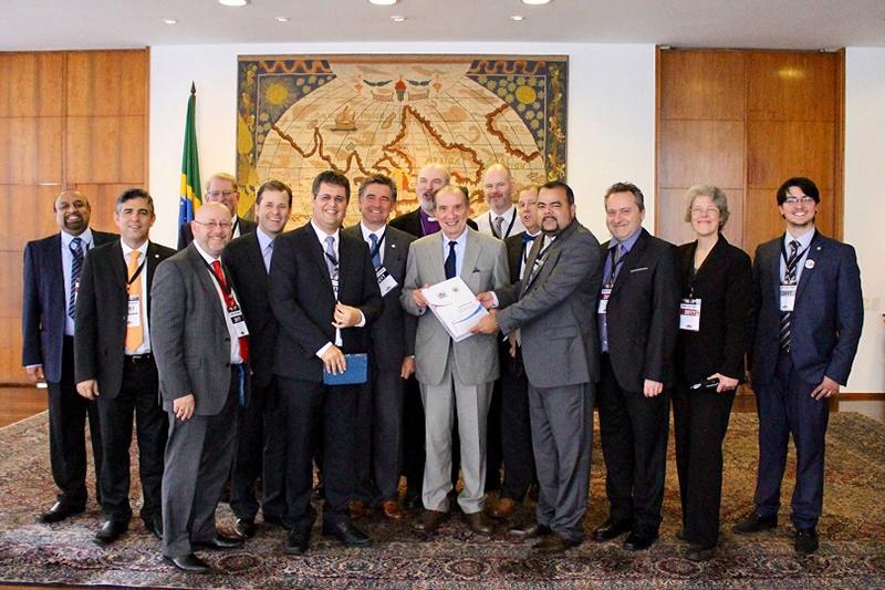 信教の自由パートナーシップ(RLP)の指導者らとブラジルのアロイージオ・ヌーネス外相(中央)(写真:ANAJURE)