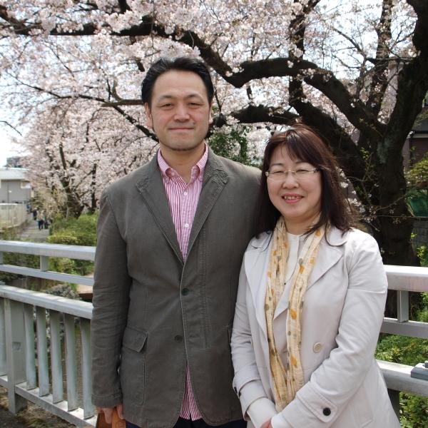 北方勝也さんと奈津子さん=4月6日、神奈川県川崎市で