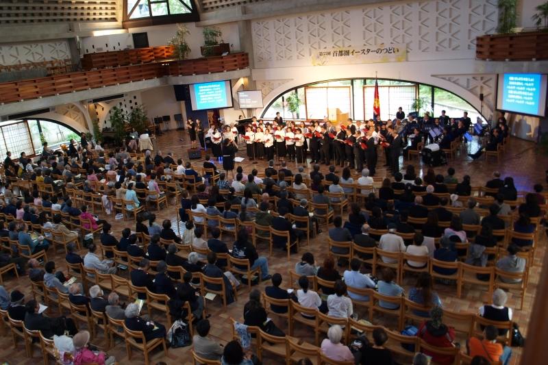 協力教会合同聖歌隊のリードで賛美する参加者たち=23日、ウェスレアン・ホーリネス教団淀橋教会(東京都新宿区)で