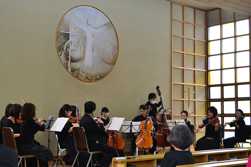 多くの人々になじみのあるクラシック音楽が披露され、シリアに思いを馳せながらも穏やかなひとときとなった=4月8日、カトリック赤堤教会(東京都世田谷区)で