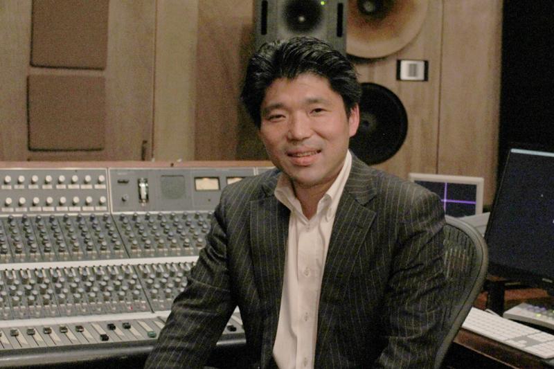 人に寄り添う音を届けたいと語る音楽プロデューサーの日比野則彦さん=4月28日、Studio Dede (東京都豊島区)で