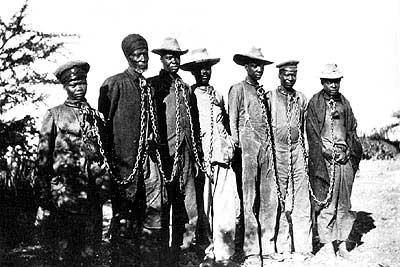 1904年の反乱を起こしたとして首に鎖を付けられて捕らえられているヘレロ族の人々(写真:Ullstein Bilderdienst, Berlin)