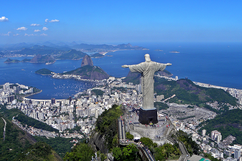 ブラジル・リオデジャネイロのコルコバードの丘に立つキリスト像。高さは98フィート(約30メートル)、土台を含めると124フィート(約38メートル)になる。(写真:Artyominc)<br />