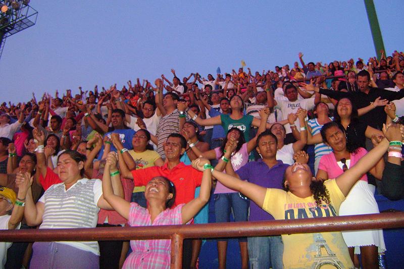 メキシコで行われたペンテコステ派の集会で、手を挙げ、涙を流しながら祈る参加者=2010年7月15日