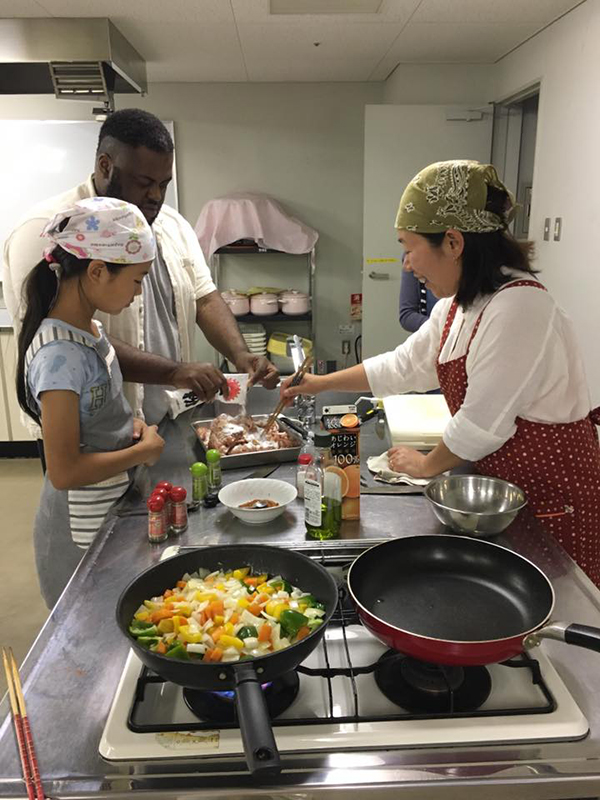 ホゼア・ベーカーさん(左奥)が、時折日本語を交えながらも英語で料理を教えた=13日、南コミュニティーセンターせせらぎ(奈良県生駒市)で<br />