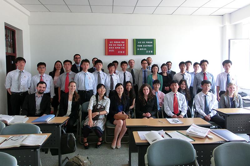 平壌科学技術大学(PUST)の学生と、同大を訪れた米コロンビア大学国際公共政策大学院(SIPA)の学生たち=2012年5月(写真:Uri Tours)
