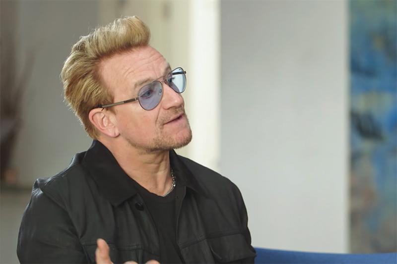 U2のボノ(画像:フラー・スタジオの動画より)<br />
