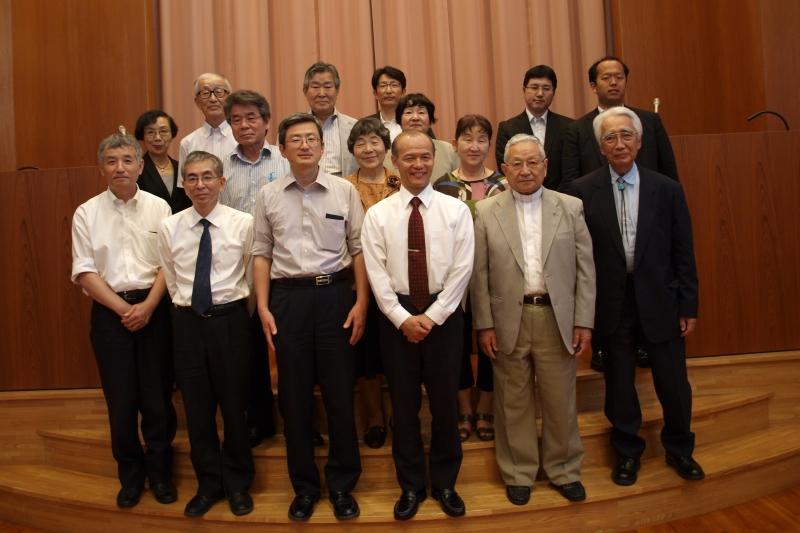 前列左から3人目が長谷川与志充氏(顧問)、その右が森下辰衛氏(代表)=5月23日、御茶の水キリストの教会(東京都千代田区)で