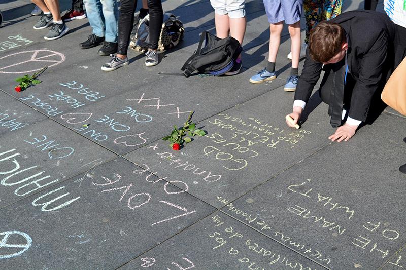 マンチェスター自爆テロの犠牲者に向け、追悼のメッセージを書く生徒たち=23日、英西部のリバプールで(写真:james o'hanlon)
