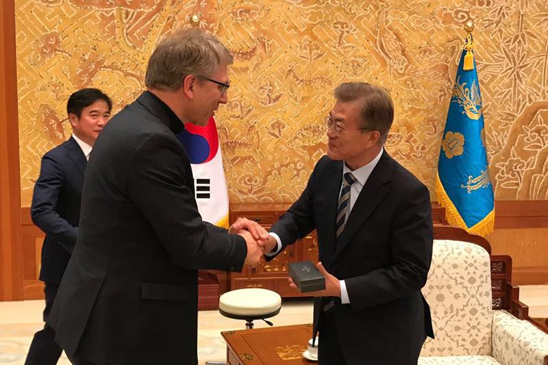 韓国の文在寅(ムン・ジェイン)大統領(右)と握手する世界教会協議会(WCC)のオラフ・フィクセ・トヴェイト総幹事=5月30日、ソウルの青瓦台(チョンワデ=大統領府)で(写真:WCC / ピーター・プルーブ)