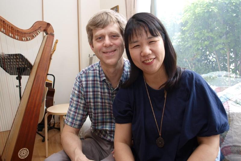 スウェンソン・グレッグさんと妻の亜佐(あさ)さん=5月30日、東京都国分寺市の自宅で