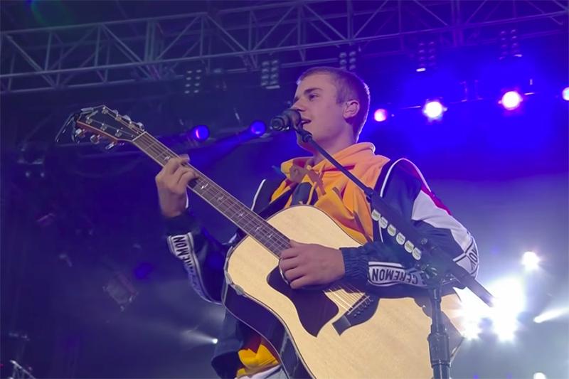 慈善コンサート「ワン・ラブ・マンチェスター」で歌うジャスティン・ビーバー(写真:BBCミュージックの動画より)