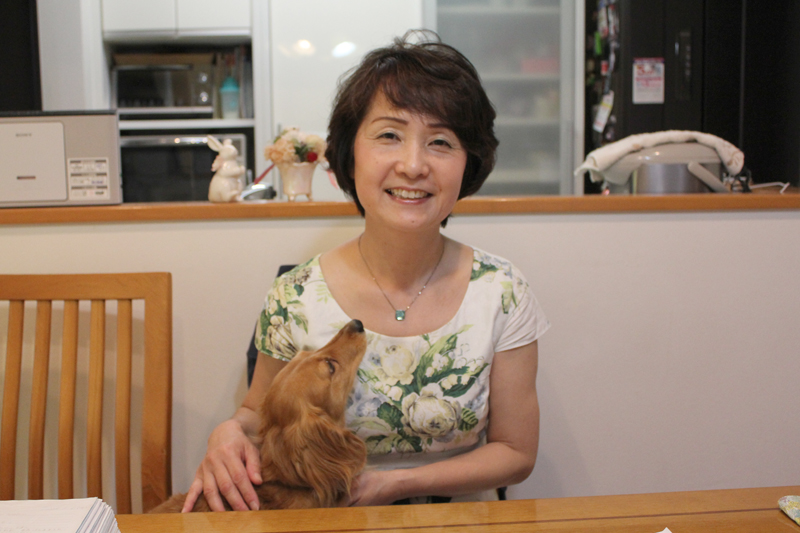 髙橋圭子さんと愛犬のハル。「自信は人から付けてもらうもの。子どもを元気にする言葉を伝えたい」と話す。<br />